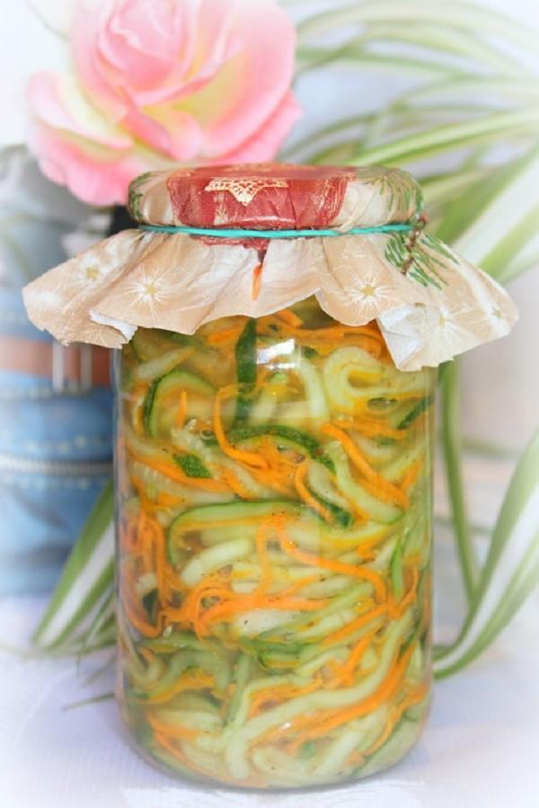 Соединить в большой кастрюле все подготовленные для салата овощи.